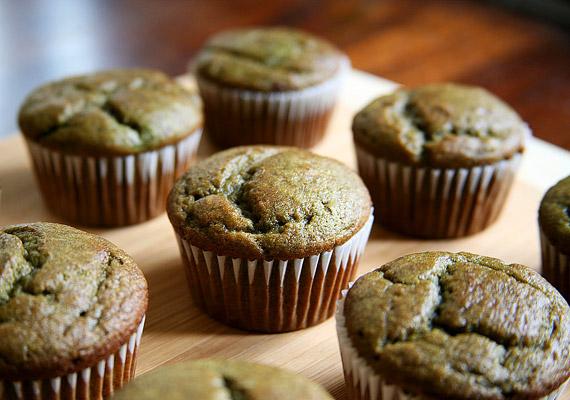 Talán elsőre kicsit vadul hangzik, de készíthetsz muffint banános-spenótos-almás smoothie-ból. Nincs más dolgod, mint az összeturmixolt alapanyagokat muffinsütőben kisütni. Egy muffin körülbelül 150 kalória.