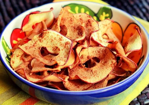 Az alma önmagában is remek választás tízóraira vagy uzsonnára, de ha egy kicsit cifráznád az étrended, készíts sült vagy aszalt almaszeleteket, és szórd meg a ropogós csemegét egy kis fahéjjal. Ha egy közepes almából készíted, körülbelül 80 kalóriával számolhatsz.