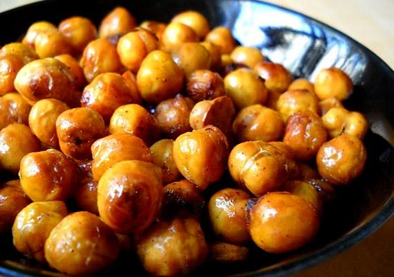 A magas fehérje- és rosttartalmú csicseriborsó önmagában nem túl izgalmas, de ha fahéjjal és mézzel fűszerezve ropogósra sütöd, finom és energiát adó délutáni nass lesz belőle. Egy kistányérnyi adag körülbelül 150 kalória.
