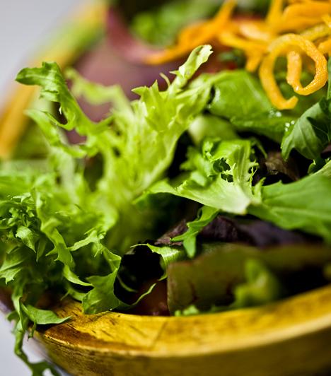 GI-diéta  Az eredetileg a cukorbetegeket segítő GI, vagyis a glikémiás index az ételeket aszerint számozza, hogy elfogyasztásuk milyen mértékben idéz elő káros vércukorszint-ingadozást. A diéta az alacsony glikémiás indexű, egészséges ételek révén éri el a változást.  Kapcsolódó cikk: Tartós fogyásra kódolva - GI-diéta »