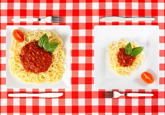Sokszor egyél keveset! Napi ötszöri étkezéssel jelentősen tehermentesítheted az emésztőrendszered. Ha nem hagyod ki a tízórait és az uzsonnát, ebédre és vacsorára is kisebb adag ételt kívánsz majd - így folyamatos lesz a táplálék-utánpótlás, és kevesebb bevitt kalória kerül raktározásra. Nézd meg, mennyi időnek kell eltelnie két étkezés között!