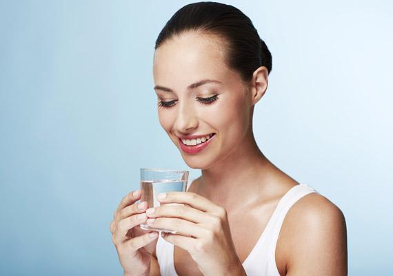 Ha szeretnéd, hogy az anyagcseréd jól működjön, érdemes étkezés előtt mindig elfogyasztanod egy pohár szénsavmentes vizet. Így a rostanyagok kellő gyorsasággal haladhatnak az emésztőrendszerben, illetve a kalóriát nem tartalmazó víz kiszorít némi helyet a táplálék elől - vagyis kevesebbet eszel majd.