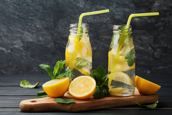 Minden étkezés előtt érdemes egy pohár vizet meginni, hiszen így a gyomrodba érkező ételek megszívják magukat nedvességgel, nő a térfogatuk, és jobban laktatnak. A víz emellett átmossa a szervezetedet, megemelt fogyasztása élénkíti az anyagcserét, ráadásul nyáron nagy szükség van a hidratálásra. Tegyél bele citromlevet - a savanykás íz segít tovább csökkenteni az éhséget, ráadásul bőrszépítő C-vitaminnal dúsítod az italt!
