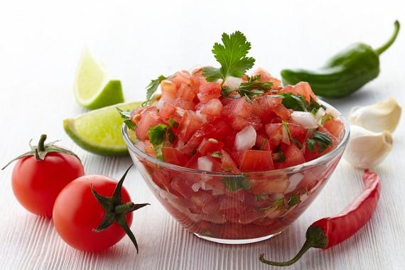 Egyes fűszerek tartalmaznak olyan anyagokat, amelyek segítenek felpörgetni az anyagcserét. Jó példa erre a paprikának és a gyömbérnek csípősséget kölcsönző kapszaicin, amely az érrendszerre is pozitív hatással van. Fűszerezd nyáron bátran ezekkel az ízekkel a salátákat, a salsákat vagy a húsételeket, és nemcsak az emésztésed pörög fel, de a fogások is laktatóbbak lesznek.
