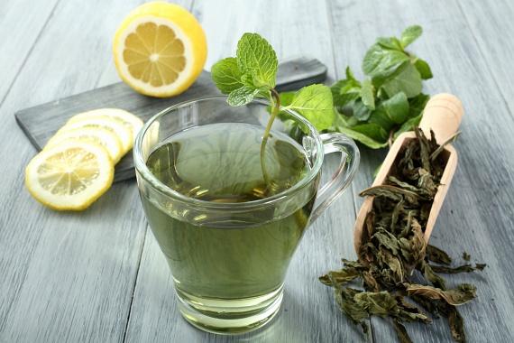 A jóllakottság elnyújtásában egy-egy pohár jegeskávé vagy hideg zöld tea is segíthet - vízhajtó hatásuknak köszönhetően gyorsabban szabadulhatsz a derék zsírpárnáiban megkötött folyadéktól, míg a folyadékok cukros ízesítés nélkül szinte semmi kalóriát nem tartalmaznak.