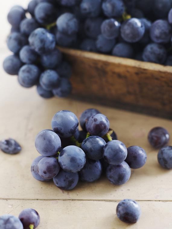 Lassan kezdődik a szőlő szezonja. A finom gyümölcs alacsony glikémiás indexe és kalóriaszegénysége - 100 grammonként 69 kalória - tökéletesen alkalmas fogyókúrázók számára. Akár délután is megehetsz belőle egy tálkával.