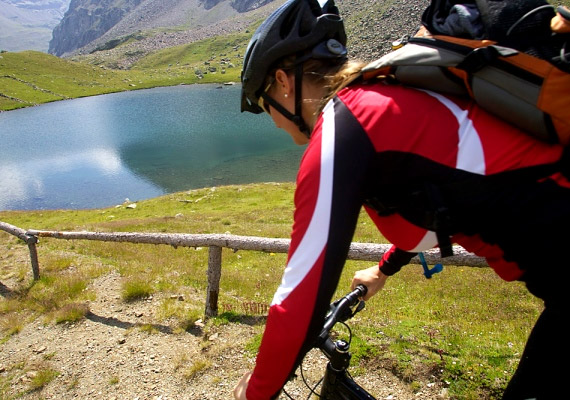 Bár bicajozni teremben is lehet, komolyabb bringatúrákat tenni inkább csak jó időben érdemes. Közepes tempóban nagyjából 200, gyorsabb tempóban haladva akár 300 kalóriát is elégethetsz kerekezéssel.