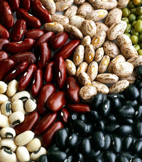 Fehérje  A fehérjefogyasztással megakadályozhatod, hogy a diéta ideje alatt a szervezeted a zsírok helyett az izmokat kezdje el lebontani. A minőségi fehérjében gazdag táplálkozás emellett felgyorsítja a kalóriaégetést, segít regenerálódni szervezetednek, megerősíti immunrendszeredet, és nem utolsósorban a fehérje sokkal hatékonyabb az éhség leküzdésében, mint például a szénhidrát vagy a cukrok.  Kapcsolódó cikk: A diétázók kedvence, a zsírolvasztó fehérjediéta »
