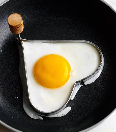 Foszfor  A foszfor főszerepet játszik a szénhidrátok lebontásában, a fehérjeszintézisben, valamint a zsírok szövetek és szervek közötti szállításában. Napi 700 milligramm foszfor bevitelével tehát jótékonyan befolyásolhatod szénhidrát-anyagcserédet, illetve megakadályozhatod a felesleges zsírok lerakódását. Kiváló foszforforrás a hús, a hal, a tojás, de a gabonafélék és a magvak is.