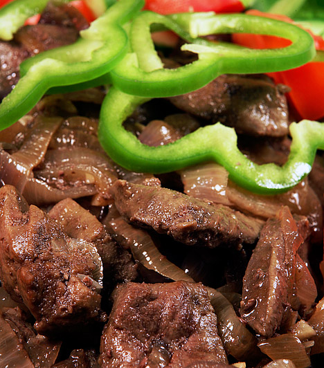 Vas  A vas létfontosságú része a hemoglobinnak és a mioglobinnak, annak a két fehérjének, mely képes megkötni és tárolni az éltető oxigént, vagyis a hatékony anyagcsere zálogát. Nőként fokozottan ügyelned kell arra, hogy elegendő vasat fogyassz. Egyél vörös húsokat, májat, belsőségeket vagy teljes kiőrlésű gabonát.