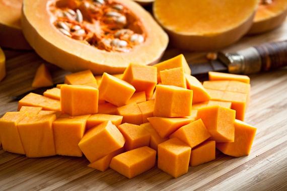 A különböző tökfélék, főként a sütőtök, az ősz jellemző csemegéi, amelyek ráadásul alacsony kalóriatartalommal és rengeteg rosttal a fogyókúrának is jót tesznek. Elkészítésükhöz ne használj mézet vagy cukrot, helyette válaszd a boltban az igazán érett példányokat, amelyek jóízűek ezek nélkül is. A hagyományos sült tök mellett próbáld ki idén a tökös turmixokat is, melyekhez egy kisebb tök negyedét vagy egy nagyobb tök nyolcadát használd fel körülbelül!