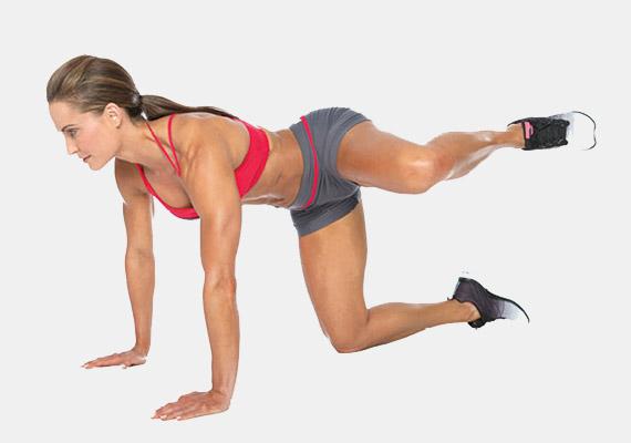 Ereszkedj négykézlábra, csípőszéles terpeszben, a karok vállak alatt legyenek. A bal lábadat emeld oldalra - ha megy, ki is nyújthatod. Ismételd meg tízszer a gyakorlatot, majd végezd el a másik oldalra is. Végezz az egészből három sorozatot. Ezzel a gyakorlattal a külső combizmot is erősítheted.