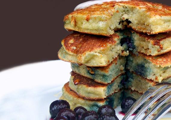 Ha édesszájú vagy, és reggelire szívesen sütnél paleo palacsintát, a búzalisztet mandulalisztre cseréld, a tehéntejet kókusztejre, ha pedig édesíteni szeretnéd, nyírfacukrot vagy eritritet válassz. Megszórhatod még fahéjjal, illetve megbolondíthatod bogyós gyümölcsökkel.