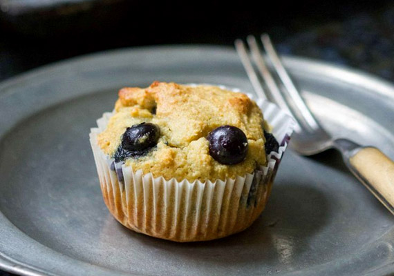 Ha édesszájú vagy, a legjobb választás reggelire a muffin. Ha paleo változatot szeretnél készíteni, a receptet úgy kell variálnod, hogy napraforgóolaj helyett olívát vagy kókuszolajat használsz, a búzalisztet mandulaliszttel helyettesíted, a cukrot helyett pedig eritritre vagy nyírfacukorra cseréled.