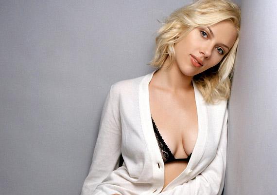 Woody Allen jelenkori múzsája, Scarlett Johansson ugyancsak a Paleo-diéta híve. Természetesen az étrend mellett hetente több alkalommal is edz, hogy formában tartsa testét.