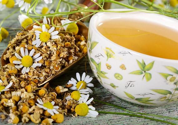 A kamillatea készítéséhez forrázz le két kávéskanál szárított virágot, áztasd öt percig, majd szűrd le. Napi három csészével is elfogyaszthatsz belőle, és nem is kell cukorral édesítened, a tea önmagában is kellemes ízű. Tudd meg, a puffadáson kívül még mire jó a kamilla!