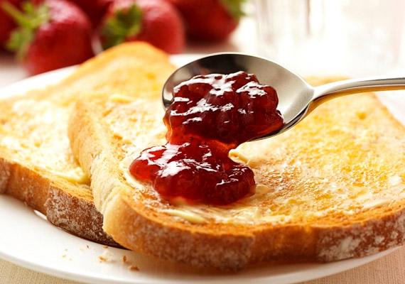 A lekváros kenyér elsőre jó ötletnek tűnhet, hiszen tipikus gyümölcsalapú reggeli. Vitamintartalma azonban jóval alacsonyabb a friss gyümölcsökhöz képest, miközben tartósítószerben és cukorban bővelkedik. A bolti változatok helyett jobb, ha te magad teszel el lekvárt - nyírfacukorral édesítve.