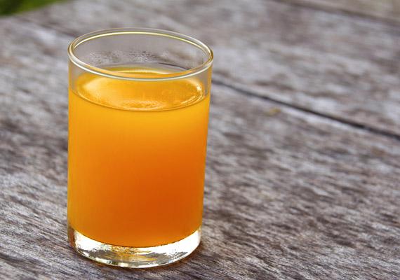 Bár a 100%-os narancslé sok vitamint tartalmaz, ne ezzel indítsd a napod, ha fogyni szeretnél. Túlságosan sok - a felszívódást lassítani képes rostmennyiség nélküli - gyümölcscukor van benne, amit a szervezet a reggeli órákban még nehezen dolgoz fel. Korábbi cikkünkben bővebben olvashatsz arról, hogyan érdemes igazodni a vércukorszint napközbeni ingadozásához, ha fogyni szeretnél.