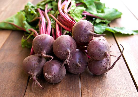 Májustól már kapható a piacokon az új cékla. A vörös zöldséget legtöbben savanyúság formájában ismerik, ám valójában fogyaszthatod ital, leves vagy akár sült étel formájában is. 100 gramm cékla több mint 4 gramm rostot tartalmaz. Korábbi cikkünkből megtudhatod, hogyan illesztheted be a diétás étrendbe!