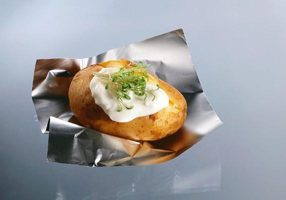 Ha nem olajban, hanem fóliában sütöd, a krumpli kalóriaszegény, rostban gazdag táplálék, melynek C-vitaminjai még a zsírégetést is segítik.