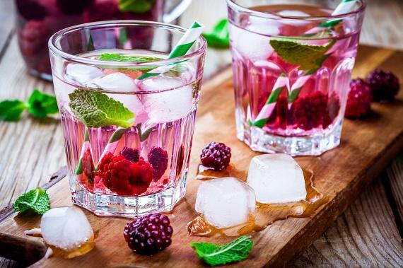 Ásványi anyagok, vitaminok és élelmi rostok tekintetében is kiemelkedő választás a málna, amit mentával párosítva finomabb italt kapsz, mint bármilyen szörpből. Ha intenzívebb ízt szeretnél a víznek, vágd meg kissé a bogyókat!