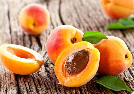 A sárgabarack magas élelmirost-tartalma miatt - a gyümölcs 100 grammja csaknem 4 grammot tartalmaz - serkenti az anyagcserét. Ehhez azonban az is kell, hogy sok-sok folyadékot fogyassz. Mivel zsírégető hatású C-vitaminban is bővelkedik - 10 milligrammot tartalmaz 100 grammonként -, ezzel is segíti a fogyást. Próbáld ki a sárgabarack diétát!