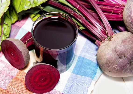A cékla vörös színét adó betain méregtelenítő hatású, támogatja a zsírok lebontási folyamatát - megkönnyíti a máj munkáját. Készíts a fantasztikus zöldségből ivólét: itt olvashatod el, hogyan!