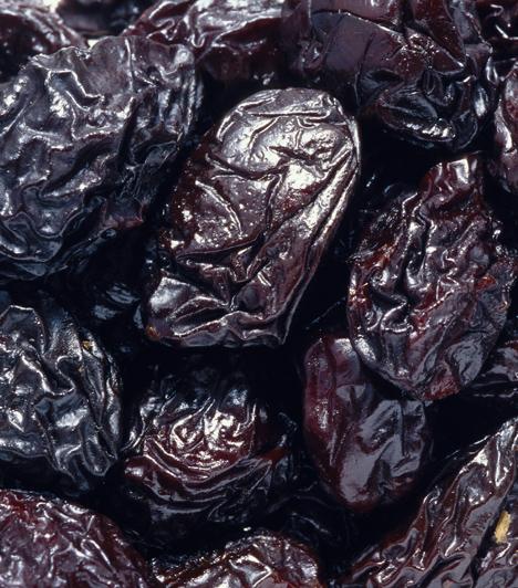 Aszalt szilva  Sokak szerint a szilva a legegészségesebb gyümölcs, aszalt formájában pedig mit sem veszít kedvező tulajdonságaiból, ráadásul egész évben kapható. Amellett, hogy segít megelőzni a rák kialakulását, és antioxidánsként megköti a szabadgyököket, hihetetlenül magas rosttartalma miatt kimossa a bélrendszerben lerakódott salakanyagokat, és az édesség utáni vágyadat is elhallgattatja.  Kapcsolódó cikk: Vízhajtó, emésztésserkentő, anyagcsere-pörgető »
