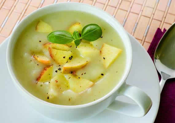 Az alma a benne lévő rostoknak, gyümölcssavaknak és pektinnek köszönhetően kiegyensúlyozottá teszi az emésztést. A lelassult anyagcserét felpörgeti. Így készíts diétás almalevest: a meghámozott, kockákra vágott almát tett fel főni - ízlés szerinti mennyiségű - fahéjjal, szegfűszeggel, citromlével, esetleg egy kevés nyírfacukorral. Ha az almadarabok kellőképpen megpuhultak, turmixold össze az egészet, majd a végén nyers almával sűrítsd a levest.