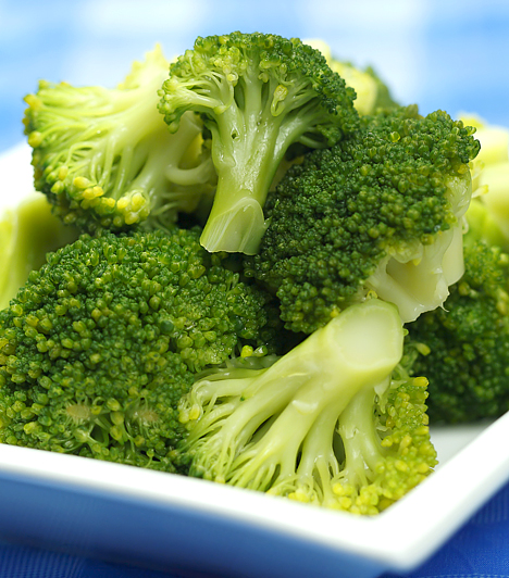 Brokkoli                         A brokkoli elsősorban rákmegelőző hatása miatt ismert, de számos értékes vitamint és ásványi anyagot is tartalmaz, melyek segítik a zsírégető folyamatok működését, a többi káposztafélénél könnyebben emészthető rostjai finoman átmossák a beleket. Zsír- és szénhidráttartalma elenyésző. A salakanyagok eltávolítása mellett segíti a szervezet méregtelenítését és az emésztőenzimek működését is.