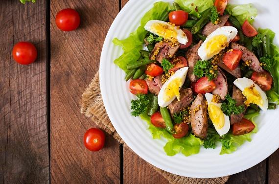 A balzsamecetet tartalmazó salátadresszingek javában nagy mennyiségű olívaolaj és általában valamilyen édes összetevő van, mely utóbbi az ecet savanykás ízét ellenpontozza. Bármennyire is finom legyen azonban a harmonikus ízű öntet, sajnos mértéktelenül ebből sem szabad fogyasztani. A bevitt olajmennyiséget, valamint a méz, a juharszirup vagy a cukor kalóriaértékeit is se felejtsd el beleszámolni a saláta összegzésébe.