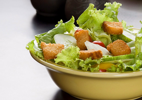A Cézár saláta ropogós, csirkés változata nem kifejezetten diétás, de elsősorban a hozzáadott kenyértől emelkedik meg jelentősen a kalóriatartalma: akár 500 kcal is lehet benne.