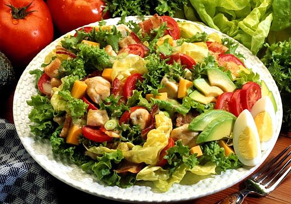 A Cobb saláta összetevői a következők: saláta, paradicsom, ropogósra sült bacon, csirkemell, főtt tojás, hagyma, avokádó és rokfort sajt. Talán nem meglepő, hogy több mint 500 kalóriát tartalmazhat egyetlen adag