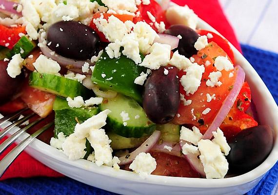A görög saláta mind köretnek, mind főfogásnak jó lehet, de ügyelj rá, hogy ne adj hozzá túl sok feta sajtot, mert a zsíros tejtermékből 100 gramm nagyjából 140 kalória.