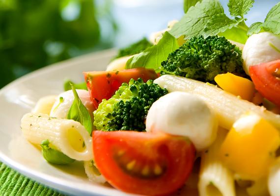 Bár a tésztasaláta kedvelt diétás étel nyáron, fontos, hogy főételként, ne pedig köretként gondolj rá, hiszen egy adag akár 500 kalória is lehet. Érdemes teljes kiőrlésű tésztából készítened, így nem emeli meg túlságosan a vércukorszintedet.