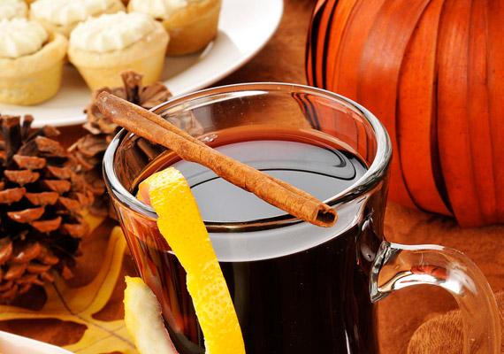 Ahogy a hőmérő higanyszála közelít nullához, indul a forraltbor-szezon. Bár a közkedvelt téli ital valóban felmelegít, ne feledkezz meg róla, hogy az alkohol és a hozzáadott cukor is savasítja a szervezeted. Érdemes a főzés során több vizet adnod a borhoz, ha pedig kicsit tovább főzöd, több alkohol párolog el belőle. Cukor helyett ízesítheted mézzel is - ha már langyosra hűlt az ital.