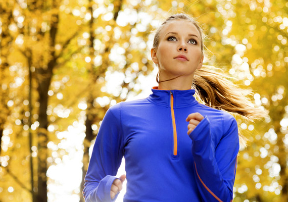 Természetesen futással még gyorsabban adhatóak le a felesleges kilók. Ahhoz azonban, hogy a zsírégető folyamatok beinduljanak, egy-egy alkalommal érdemes 30-40 percet mozogni. És hogy milyen óvintézkedéseket kell megtenned, ha ősszel-télen szmogos időben futsz? Kattints korábbi cikkünkre!