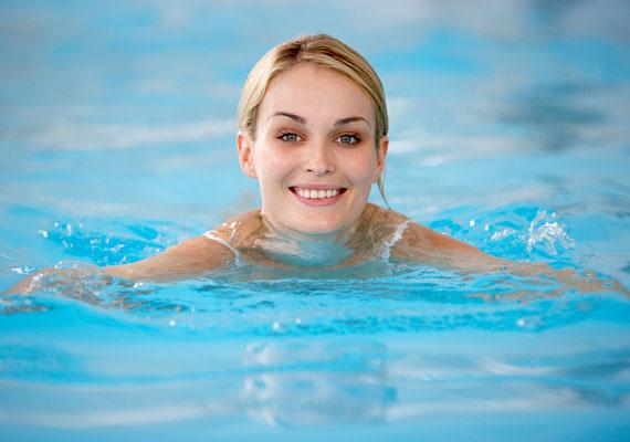 Ha nem bírod a konditermet, de odakint sem edzel szívesen, válaszd az úszást! Ha a súlyod 60-70 kiló között mozog, már félórányi mellúszással is több mint 300 kalóriát égethetsz el. Akkor is érdemes erre a sportra voksolnod, ha jelentős túlsúlyod van, hiszen a testre ható felhajtóerőnek köszönhetően kíméli az ízületeket.