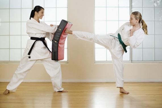 Nők számára gyakran indulnak a késő délutáni órákban önvédelmi kurzusok, melyeket több okból is érdemes lehet kipróbálnod. A birkózásból, harcművészetekből és más sportokból összeállított edzésekkel akár minden 10 percben 125 kalóriától szabadulhatsz, és sokat fejlődik a mozgáskoordinációd.