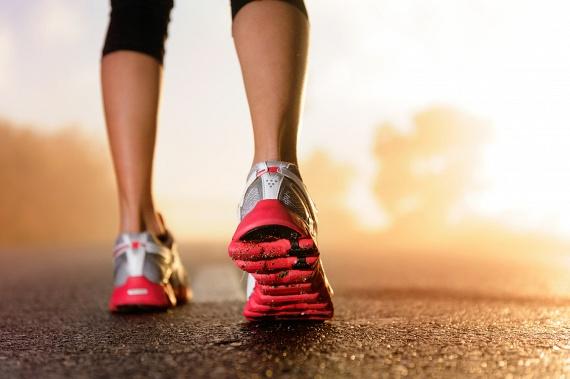 Meglepő, de a kocogáshoz, lassú futáshoz képest a tempós séta nem éget el sokkal kevesebb kalóriát. Míg egy 70 kilós nő 10 perc séta alatt nagyjából 80 kalóriától szabadul meg, addig kényelmes tempóban futva 100-tól. Mivel azonban a séta általában kevésbé terhelő, ha tovább tudod csinálni, mint a futást, érdemes lehet ezt választanod.