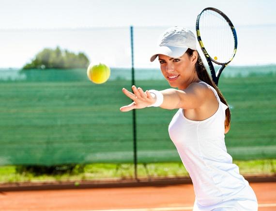 A teniszezés, a fallabdázás és a tollasozás során ugyan csak átlagosan 88 kalória ég el minden 10 percben, mégis, ha hetente kétszer két órát teniszezel, azzal 2112 kalóriát égetsz el, míg ugyanezt összesen három és fél óra futással érnéd el, ami nagyon könnyen monotonná válhat. Ha teheted, ezt se hagyd ki a nyáron!