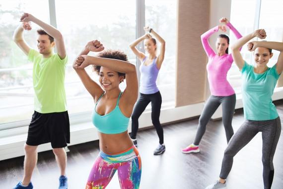 A zumba táncos, vidám, pörgős gyakorlataival a futással megegyező mennyiségben égethetsz kalóriákat, ám sokkal erősebb alakformáló mozgást végzel.