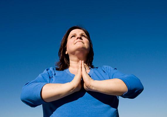 A jóga minden korosztály számára ajánlott, akár jelentős túlsúllyal is. Nyáron érdemes időnként odakint is végezni ezt a mozgásformát, amellyel fél óra alatt 170 kalóriát égethetsz el, és hajlékonyabb, rugalmasabb leszel. Nézz meg egy jógaoktatót, akinek súlya 80 kilogramm felett van!