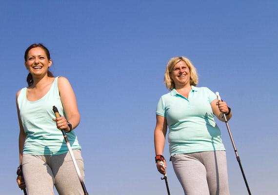 Egy-egy könnyű túrát - nem túl meredek terepen - bátran megkockáztathatsz túlsúlyosan is. Ha szeretnéd óvni az ízületeidet, próbáld ki a nordic walkingot: fél óra alatt 250 kalóriát égethetsz el vele.