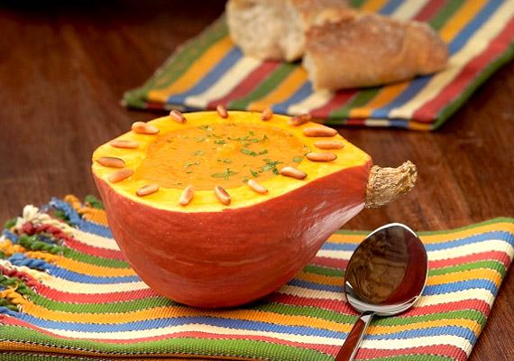 A sütőtökkrémleves a nap bármely szakaszában átmelegít - különösen, ha gyömbért vagy chilit adsz hozzá -, és elűzi az éhséget. Elkészítése roppant egyszerű, próbáld ki a receptet!