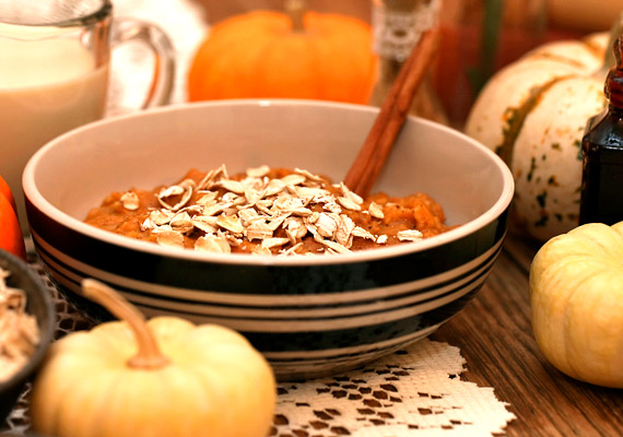 Kiváló diétás reggelit készíthetsz zabpehelyből és sütőtökből. Nincs más dolgod, mint a főtt sütőtököt pürésíteni, és a vízben vagy tejben főtt zabkásával összekeverni. Ízesítésnek jöhet egy kis fahéj. Próbáld ki a zabkásadiétát!