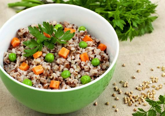 A hajdina háromszögletű termése számos ásványi anyagnak, nyomelemnek és vitaminnak a forrása. Mivel élelmirost-tartalma magas - 25 gramm/100 gramm -, elegendő mennyiségű víz fogyasztása mellett segít a salaktalanításban. Fogyaszthatod egész egyszerűen rizs helyett, köretként, de zöldségekkel keverve egytálételnek is tökéletes választás vacsorára. Tudj meg többet róla!