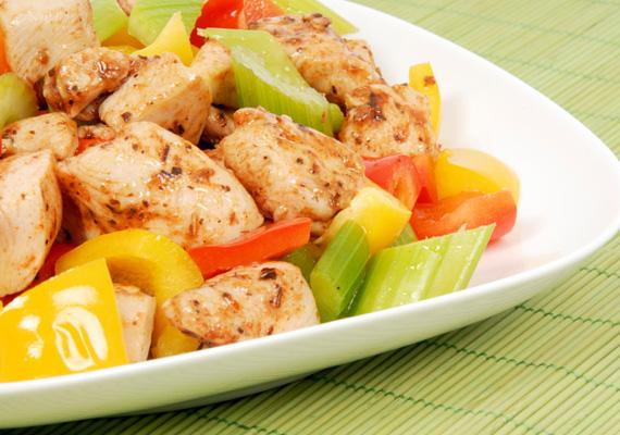 Sült csirkemell salátával                         A diétázók klasszikus étele a csirkemell salátával, melyhez korábbi cikkünkben remek fűszerezési javaslatot találsz.