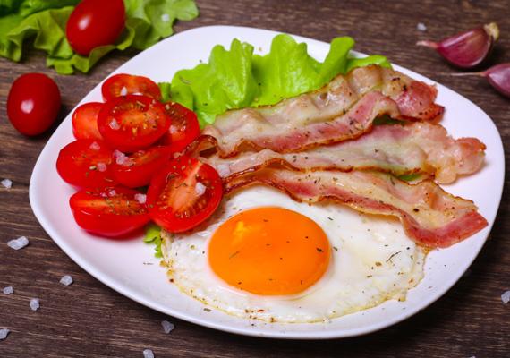 Ham and eggs                         Vagyis az angolszász sonkás tojás. Ehhez egy serpenyőt hevítsd fel, tedd bele a húsosszalonna-szeleteket, amikor szép aranybarnás a szélük, tedd tányérra, és a helyükre üsd a tojásokat. Fogyaszd ezt is zöldségekkel.
