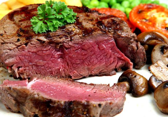 Marhasteak salátával                         A steak nagy előnye, hogy gyorsan elkészül, ha szereted véresen vagy félig véresen. A pácot azonban itt is érdemes előre elkészíteni.